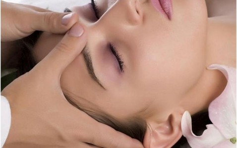 Masažas skirtas palaikyti esamą odos būklę, taip pat yra puiki profilaktinė priemonė prieš odos senėjimą. Šis masažas: stangrina odą gerina odos mikrocirkuliaciją mažina smulkias mimkos raukšleles gerina odos elastingumą skaistina […]