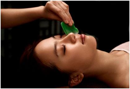 (gua- išgramdyti; sha- viskas, kas bloga)- tai senovinė kinų veido masažo technika, kuri atliekama specialiomis buivolo rago mentelėmis, išmirkytomis 7 žolelių ekstraktuose. Šis masažas sužadina odos atsinaujinimo procesus. Gua Sha […]